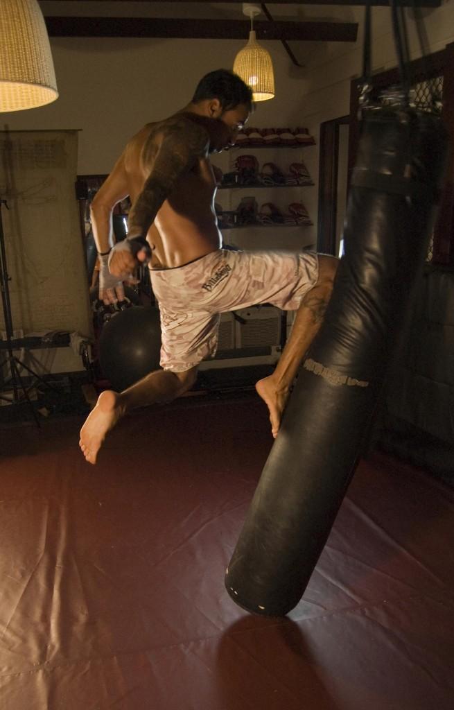 NJ Persoal Traininer Flying Knee Training